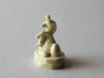 小さなヒトのオブジェ 36 (おっさんといちご)の画像
