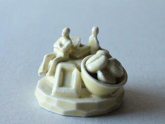 小さなヒトのオブジェ 30 (甘いもの食べて仲直り)の画像