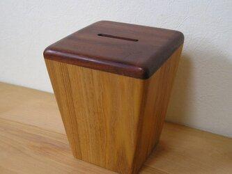 木の貯金箱の画像