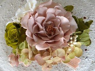 【 ベージュ&モスグリーン】 コサージュ バラ アジサイ プリザーブドフラワー 発表会 結婚式 卒業式 入学式 ヘッドドレスの画像