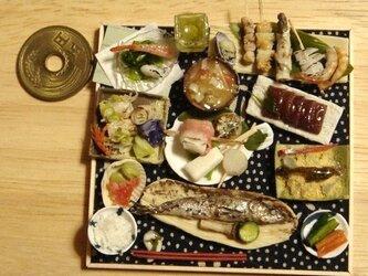 ★サンマの塩焼きに串を添えて・居酒屋風(ドットとんぼ柄・紺)の画像