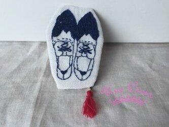 刺しゅうのブローチ ひも靴 ネイビーの画像