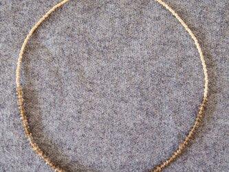 アンダルサイトとゴールドビーズのネックレスの画像