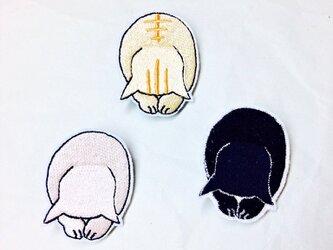 刺繍 「ようこそおいでくださいにゃした」 猫ブローチの画像