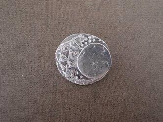 お月様モチーフのブローチの画像