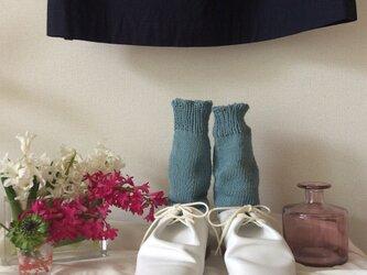 手編みの靴下 水色の画像