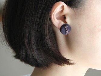 フランスビーズとリネンのくるみボタンイヤリング(濃紫)の画像