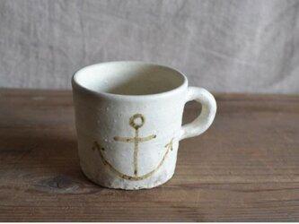 カップ 白マット釉 絵付け イカリマーク 茶の画像