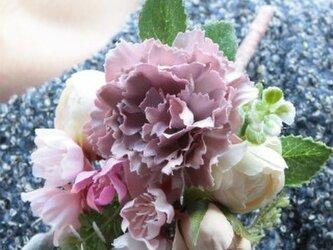 桜とホワイトローズのふんわり春コサージュの画像
