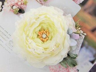 エルザの花飾り☆ラナンキュラスとあじさいのコサージュ☆*:.ピュアホワイトの画像