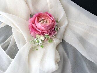 ラナンキュラスのコサージュ チェリーピンク色の画像