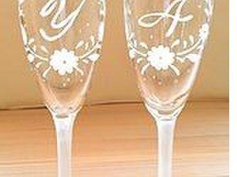 【ウェディング】【結婚祝いギフト】【2人の記念日】小花が祝福 イニシャルペアグラス 選べるフットカラーの画像