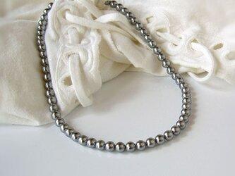 シルバーグレーのネックレスの画像