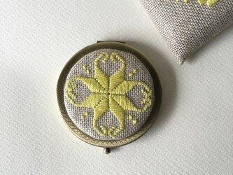 刺繍コンパクトミラー 黄色の画像