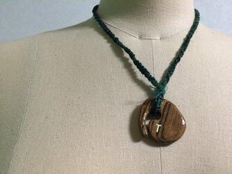 ヘンプコード結び編み、木のペンダントの画像
