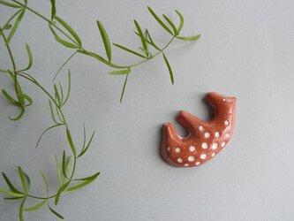 UMA 陶器ブローチ[ブラウン]の画像