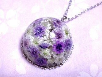 かすみ草のドーム型ネックレス・紫&白の画像