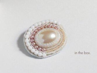 クリームパールのビーズ刺繍のブローチの画像
