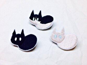 刺繍 ハチワレ・クロ・シロ 猫ブローチの画像