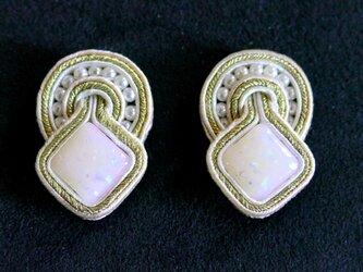 オパールっぽい手作りビーズのイヤリングの画像