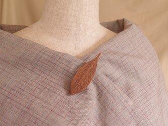 木彫葉っぱのブローチ [ウォルナット](LBR-5)の画像