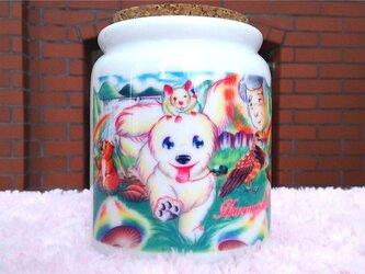 白い子犬と動物たちのメモリアルポットの画像