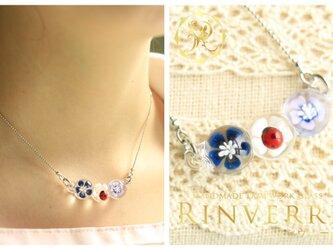 3粒のお花のネックレスの画像