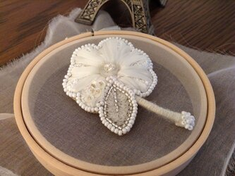 花の刺繍ブローチⅣ(ホワイト)の画像