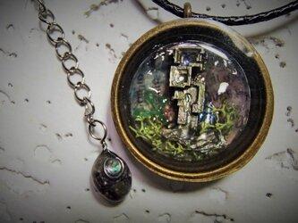 ビスマスの塔/ジオラマ風ペンダントの画像