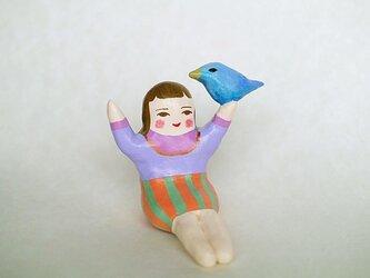 鳥と戯れるひとの画像