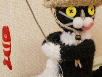 釣り猫(白黒)の画像