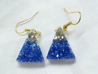 ガラスの粒のような青と銀のピアス(イヤリング)の画像