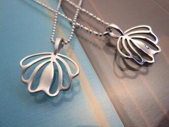 Shell Flower  貝とリリーがモチーフの柔らく輝くペンダントの画像