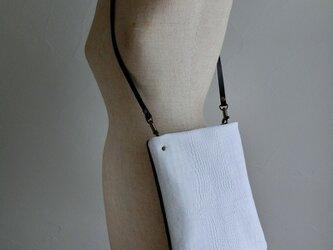 白と黒のコンビ斜め掛けバッグの画像