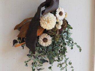 お花とユーカリのスワッグの画像