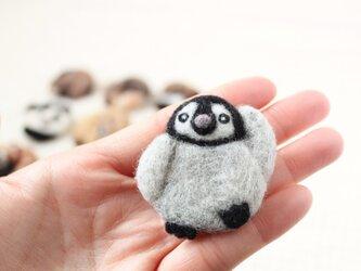 まるまる羊毛ブローチ ペンギンの赤ちゃん【受注制作】の画像