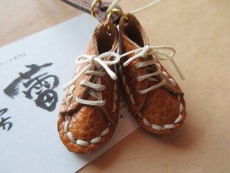 本革で仕立てる小さな靴のネックレスの画像
