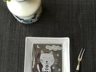 再販角皿  お花を持つ猫の画像