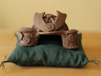 焼き締めの陶のかぶと。の画像