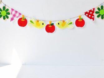 幸せの黄色いコトリ・りんご・お花の春ガーランドの画像
