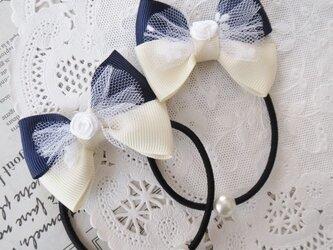 ★再販・りぼん★ 白いチュールとバラと紺とアイボリーのダブルリボンのヘアゴムの画像