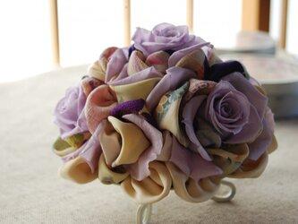和布とプリザーブドローズの装花ー プリばらワーク あやめ色の画像
