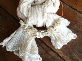 布花ネックレス アイボリーのお花畑の画像