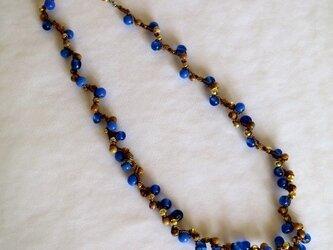 青い木の実のネックレスの画像