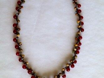 赤い木の実のネックレスの画像