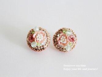 桜の園★フランス製スパンコールと天然石の刺繍ピアスの画像