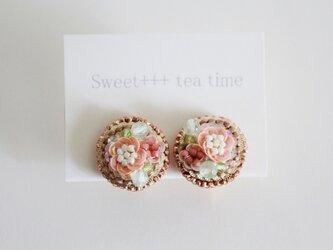 桜の園★フランス製スパンコールと天然石の刺繍イヤリングの画像