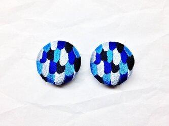 刺繍ボタンイヤリング 「うろこパッチボタン」 ペア販売の画像