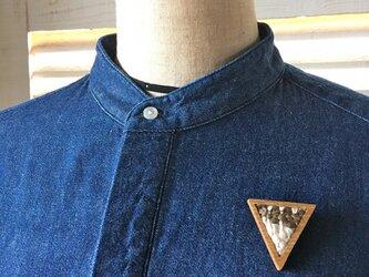 木と裂き織りのブローチ 三角03の画像