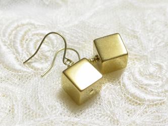 ゴールドチタンピアス・シンプルキューブの画像